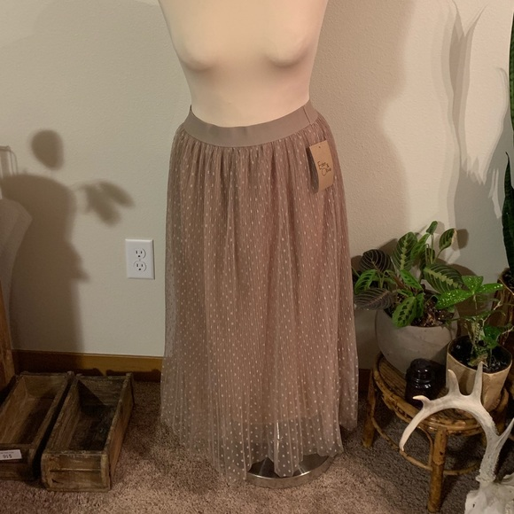 Eden & Olivia Dresses & Skirts - NWT • taupe skirt with tulle overlay